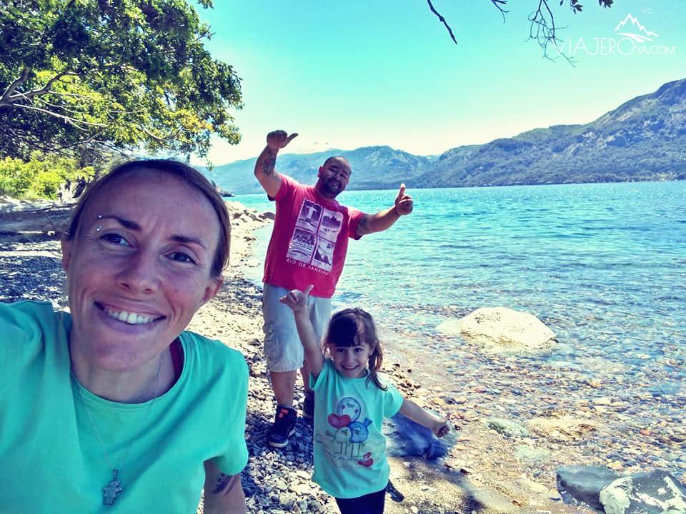 Familia en el Lago Traful mojando las patas