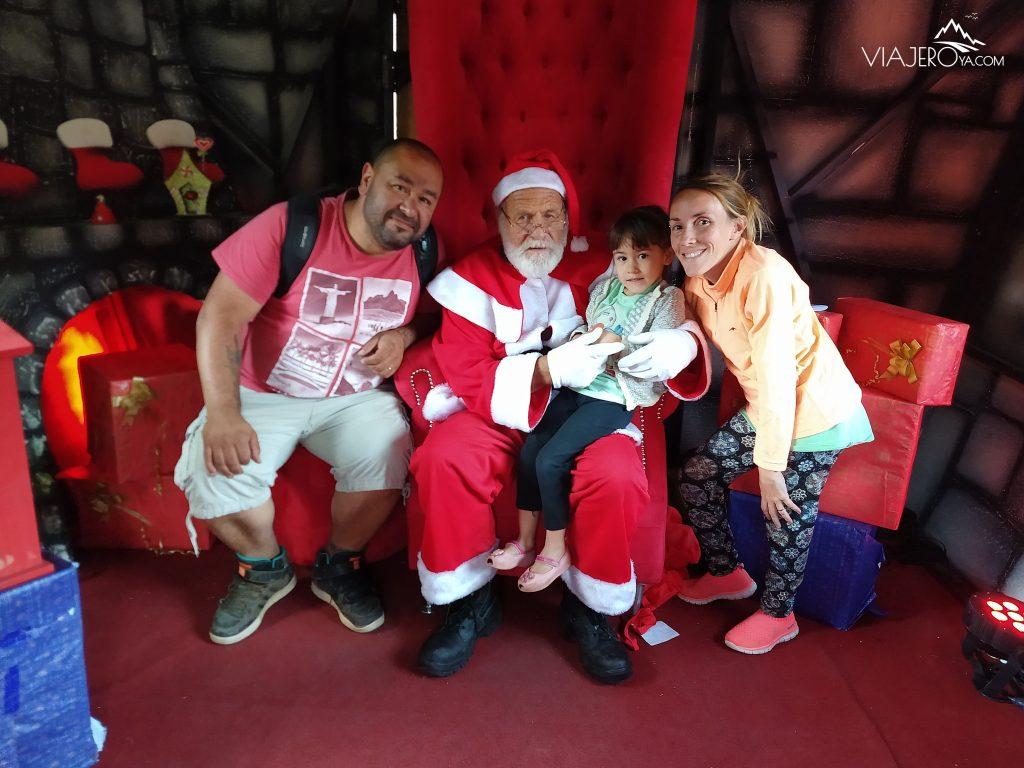 Foto en la casa de papa noél con papá noel Edu, Sara y Naty