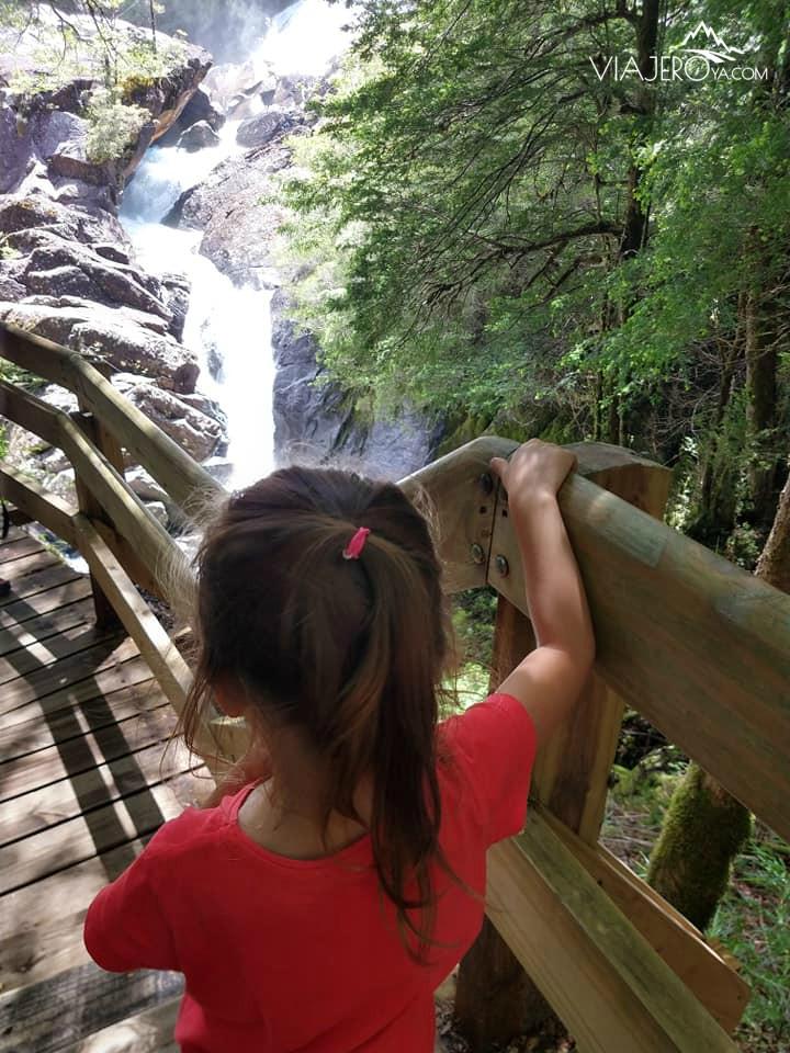 Sari bajando las escaleras de la Cascada de los cántaros