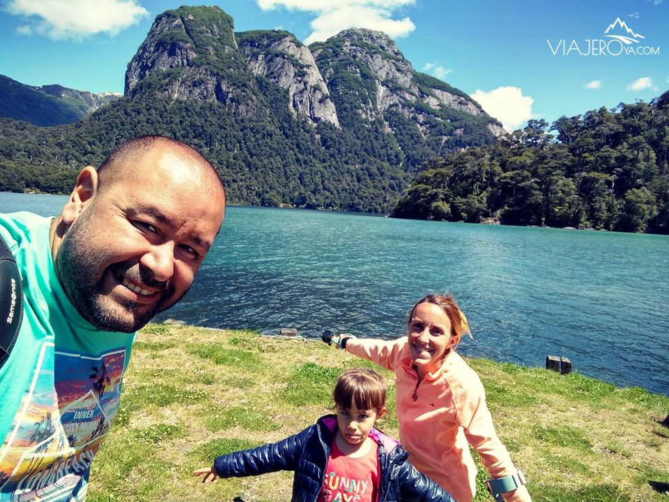 Edu, Sara y Naty con desembocadura del Lago Frías de fondo