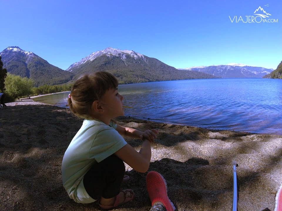 Sara observando la vista del Lago Traful